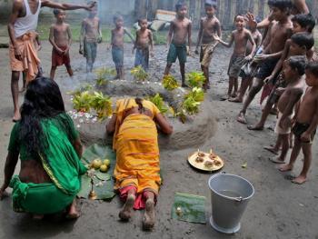 西孟加拉邦泥中抢椰子游戏02