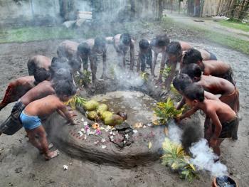 西孟加拉邦泥中抢椰子游戏03