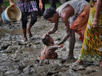 西孟加拉邦泥中抢椰子游戏06