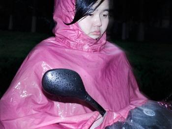 穿雨衣的杭州人02