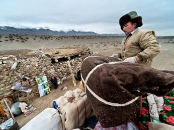 中国哈萨克族牧民的冬牧场生活06