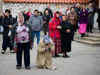塞尔维亚东正教信徒守夜仪式13