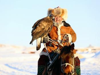阿勒泰山的哈萨克猎鹰人