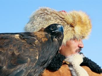 阿勒泰山的哈萨克猎鹰人06