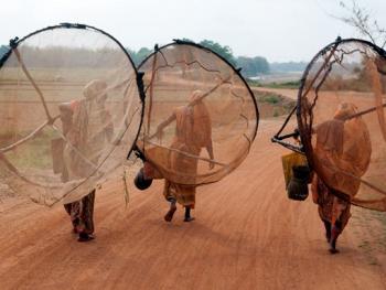 希拉巴提河妇女小网捕鱼14