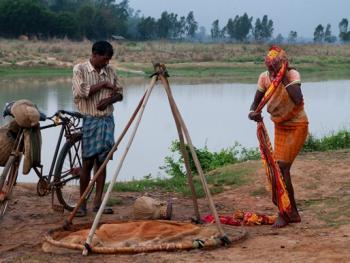 希拉巴提河妇女小网捕鱼02