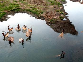 希拉巴提河妇女小网捕鱼04