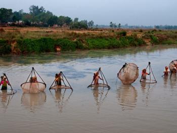 希拉巴提河妇女小网捕鱼07