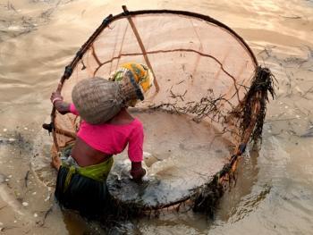 希拉巴提河妇女小网捕鱼08