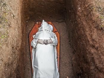 隐修院的葬礼11
