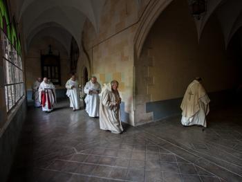 隐修院的葬礼09