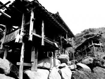 HPA9BP-11154-石头上的苗屋03