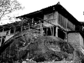 石头上的苗屋