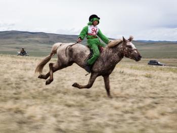 蒙古年轻牧民的生活03