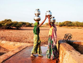 查仁卡村妇女打水11