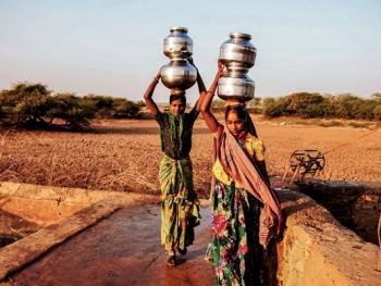 查仁卡村妇女打水