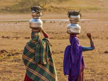 查仁卡村妇女打水14