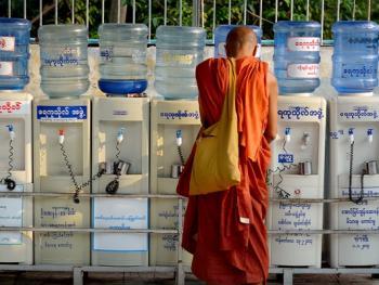 缅甸路边的免费饮水罐13