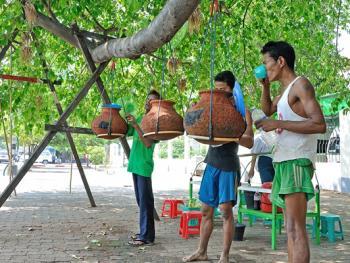 缅甸路边的免费饮水罐03