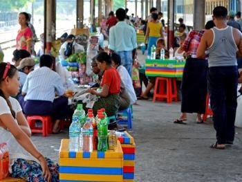 缅甸路边的免费饮水罐09