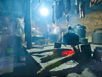 蘑菇房里的哈尼火塘11