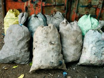几内亚垃圾场的拾铁青年10