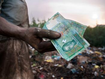 几内亚垃圾场的拾铁青年11