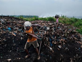 几内亚垃圾场的拾铁青年01
