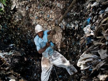几内亚垃圾场的拾铁青年03