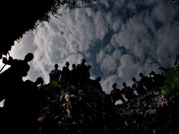 几内亚垃圾场的拾铁青年04
