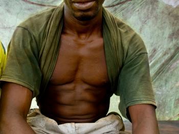 几内亚垃圾场的拾铁青年06