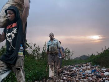 几内亚垃圾场的拾铁青年08