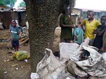 几内亚垃圾场的拾铁青年09