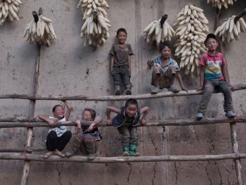 娱乐中的彝族孩子10