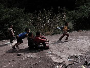 娱乐中的彝族孩子05