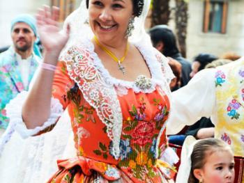 巴伦西亚法雅节游行者的服饰13