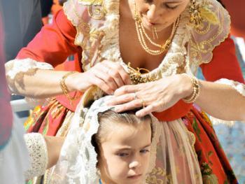 巴伦西亚法雅节游行者的服饰