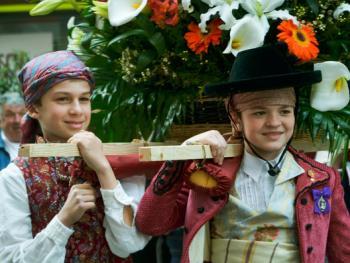 巴伦西亚法雅节游行者的服饰08