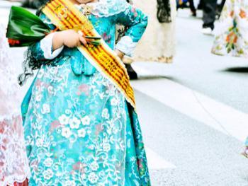 巴伦西亚法雅节游行者的服饰09