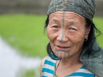 阿帕坦尼妇女的纹面及鼻塞10