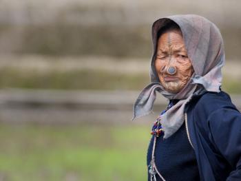 阿帕坦尼妇女的纹面及鼻塞11