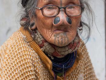 阿帕坦尼妇女的纹面及鼻塞14
