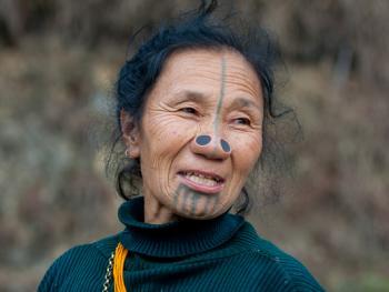 阿帕坦尼妇女的纹面及鼻塞