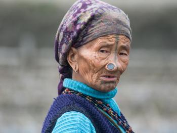 阿帕坦尼妇女的纹面及鼻塞02