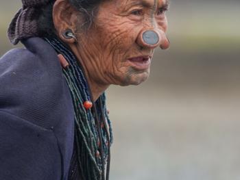 阿帕坦尼妇女的纹面及鼻塞04