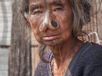 阿帕坦尼妇女的纹面及鼻塞05