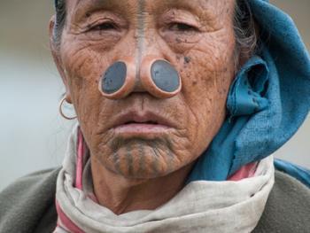 阿帕坦尼妇女的纹面及鼻塞07