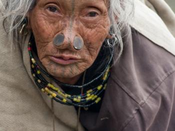 阿帕坦尼妇女的纹面及鼻塞08