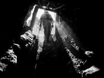 吉尔吉斯斯坦非法煤矿中的矿工12