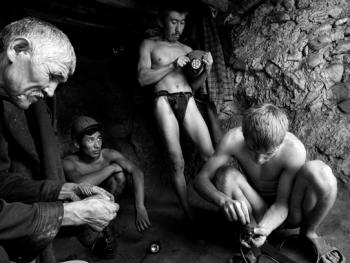 吉尔吉斯斯坦非法煤矿中的矿工